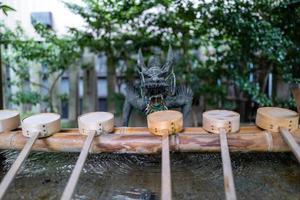 een drakenstandbeeld bij een heiligdom in Nagoya foto
