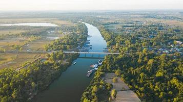 schilderachtige luchtfoto van de rivierbrug op het platteland van thailand foto