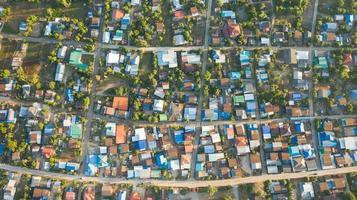 luchtfoto van het landelijke dorpslandschap in de ochtend foto