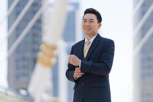 portret van succesvolle zakenman permanent foto