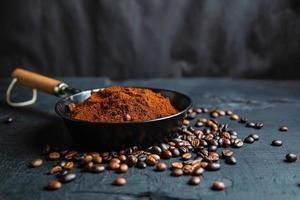 gemalen koffiepoeder en gebrande koffiebonen foto
