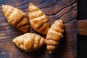 ontbijt croissant brood op de houten tafel foto