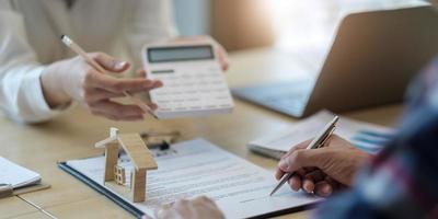 zakenmensen die een contract ondertekenen om onroerend goed te kopen of verkopen. foto