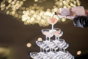 rijen champagneglazen in huwelijksfeest foto