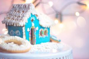 blauwe zelfgemaakte peperkoek huis cookie op witte achtergrond met kopie ruimte foto