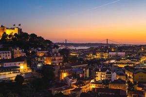 nachtzicht op het kasteel van lissabon en heilige george in portugal foto
