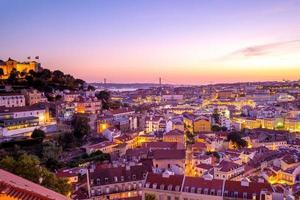nachtzicht op het kasteel van lissabon en saint george, portugal foto