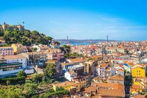 skyline van lissabon en het kasteel van heilige george, portugal foto
