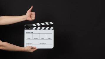 hand met een filmklapper en geeft een soortgelijk handteken foto