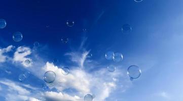 zeepbel op blauwe achtergrond foto