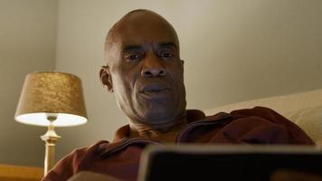 lage hoek van volwassen man met behulp van digitale tablet foto