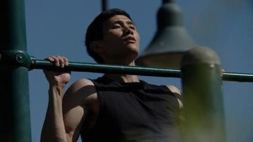 portret van een volwassen man die pull-ups doet foto