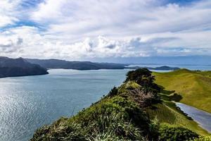 uitzicht vanaf een heuvel bij manakua heads, auckland, nieuw-zeeland foto