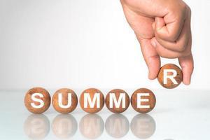 houten bal met woord zomer concept foto