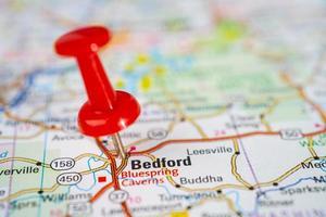 bangkok, thailand, 1 juni 2020 bedford, middlesex county, massachusetts, wegenkaart met rode punaise, stad in de verenigde staten van amerika vs. foto