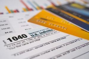 belastingaangifteformulier 1040 en dollarbiljet, ons individueel inkomen. foto