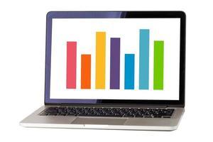 laptopcomputer met kleurrijke staafdiagram grafiek geïsoleerd op een witte achtergrond met uitknippad. foto