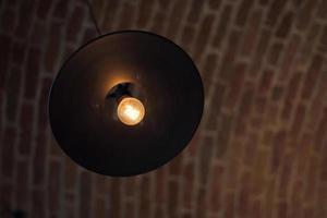 ronde hanglamp op bakstenen plafond foto