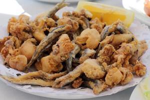 gefrituurde ansjovis typisch voor spanje pescadito frito foto