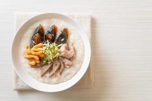 varkenscongee of pap met varkensvlees foto