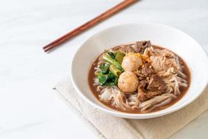 rijstnoedelsoep met gestoofd varkensvlees foto