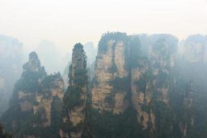 zhangjiajie nationaal park tian zhi shan tianzi berg natuurreservaat en mist, china foto
