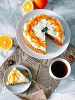 worteltaart. zelfgemaakte vochtige en zoete laagcake met geraspte wortel. foto