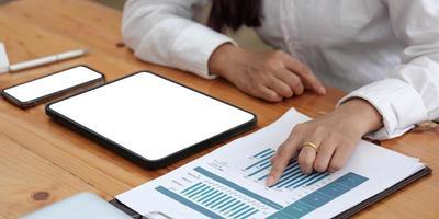 computerscherm leeg mockup.hand vrouw werk met behulp van laptop met witte achtergrond voor reclame, contact opnemen met zakelijke zoekinformatie op bureau bij coffeeshop.marketing en creatief ontwerp foto