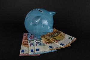 sparen van naio bovenop eurobankbiljetten foto
