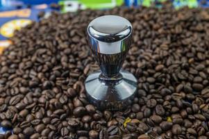 koffiebonen met stalen koffiepers foto