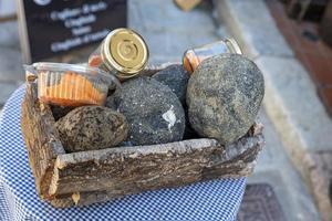 mand met truffels weergegeven buiten een winkel foto