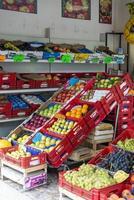 fruit te koop bij een groenteboer a foto