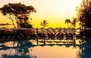 paraplu en stoelbank rond buitenzwembad in hotelresort voor reisvakantie vakantie foto