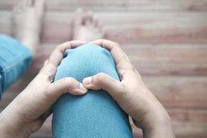close-up op vrouwen die pijn in het kniegewricht hebben foto