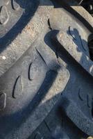 detail van een tractorband op het achterwiel foto