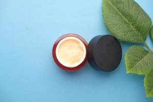 close-up van gezichtscrème in een container foto
