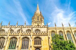 prachtige architectuur aan de universiteitskerk van st maria de maagd in oxford, uk foto