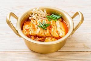 kimchi soep met zachte tofu of koreaanse kimchi stoofpot foto