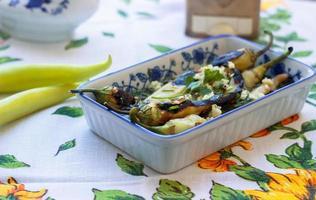 groene hete papiersalade op het tafelkleed foto