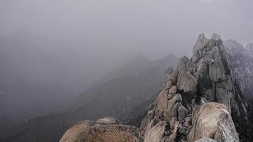 de hoge bergtop in de bergen van Seoraksan, Zuid-Korea foto