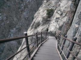 trappen in de bergen. weg naar beneden. nationaal park Seoraksan. Zuid-Korea foto