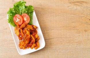 gebakken vis belegd met 3 smaken chilisaus foto