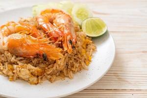 reuze garnalen gebakken rijst met garnalenpasta with foto