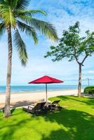 paraplu en stoel met zeezicht op de oceaan in hotelresort foto
