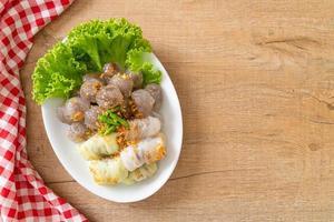 gestoomde dumplings met rijstvel en gestoomde tapioca dumplings met varkensvlees foto