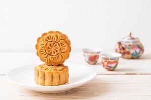 Chinese maancake op bord foto