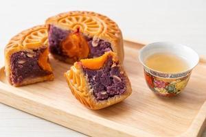 chinese moon cake paarse zoete aardappel smaak foto