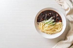 jajangmyeon of jjajangmyeon is Koreaanse noedels met zwarte saus foto