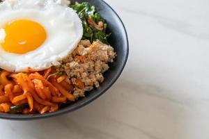 Koreaanse pittige salade met rijst - traditioneel Koreaans eten, bibimbap foto