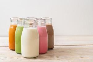 thaise melkthee, matcha groene thee latte, koffie, chocolademelk, roze melk en verse melk in fles foto